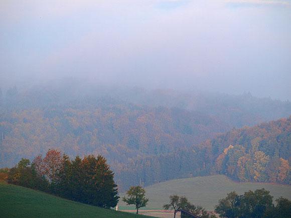 Herbstnebel über bunten Wäldern der Schwäbischen Alb