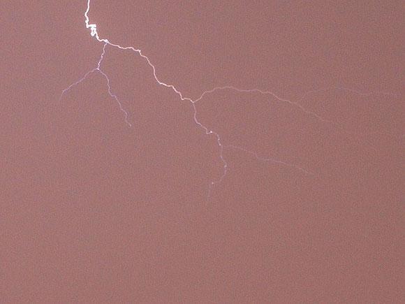 Blitz während eines schweren Gewitters über St. Johann, Schwäbische Alb