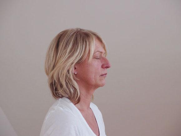 Frau in Meditation zum inneren Frieden