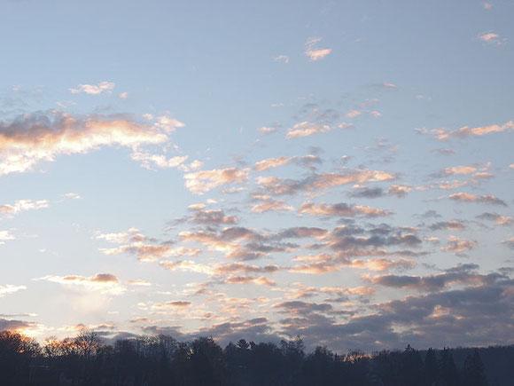 früher Morgen mit hellrosa Wolken über dunkler Waldsilhouette in St. Johann schwäbische Alb