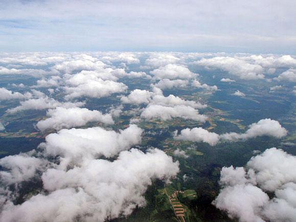 Blick aus einem Flugzeugfenster über Bremen
