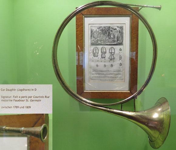 """""""Cor Dauphin"""": Französisches Parforcehorn in D-Dur aus den 1790er Jahren mit 2,5 Windungen. (Dauerausstellung Museum Kremsmünster, OÖ)"""