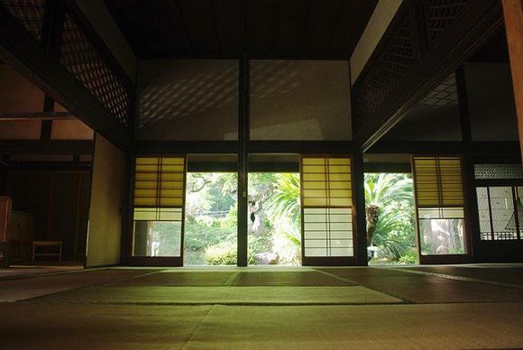 床の間から連なるざっと30畳の空間 + 広い囲炉裏間・・・築150年の古民家空間でヨガ体験をどうぞ