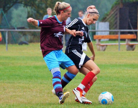 FSG-Spielerin Johanna Jacob (re.) behauptet den Ball gegen die Langensteiner Angreiferin Sarah Lauer (li.)