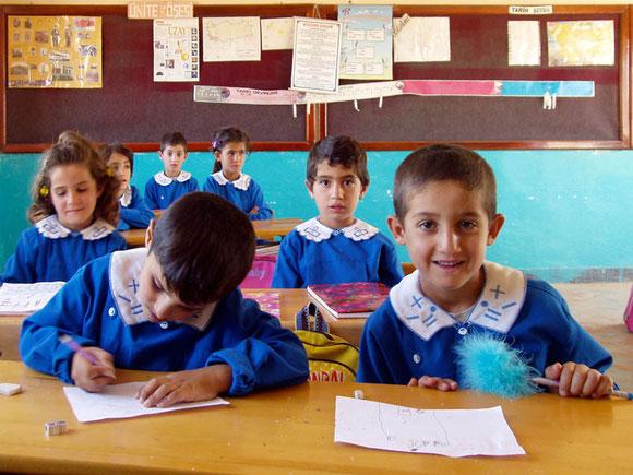 Türkische Schulkinder in blauer Schuluniform
