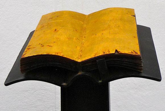 Ständer mit goldener Bibel