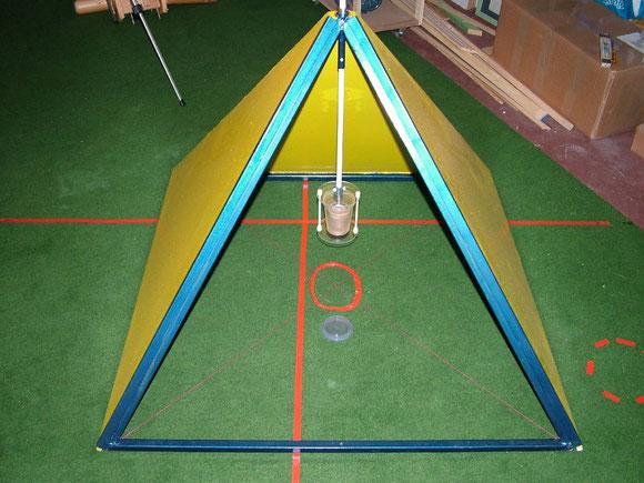 Rigipspyramide - Hier mit Messaufbau für die Hyperschallmessung