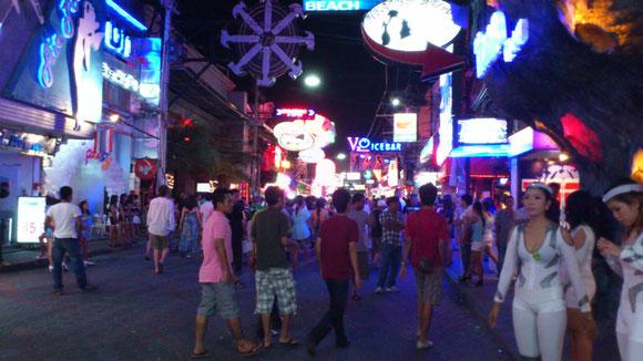 パタヤのウォーキングストリート 世界中から多くの観光客が訪れている