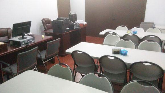 Salón para 2 trabajadores en temporada atender 20 clientes a la vez (mientras cada uno llena los datos de la entrevista escrita)