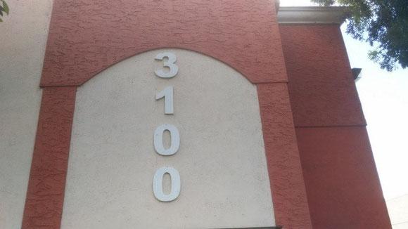 Vista del edificio 3100, a la izquierda, entrando desde la 84th Street
