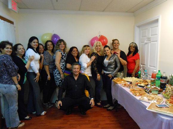 Foto de archivo de 2013, con Cristy y Ojeda. Con la virtualización gradual, las redes de negocio y otros cambios, las demás dejaron de ser  trabajadoras de Ojeda Corp