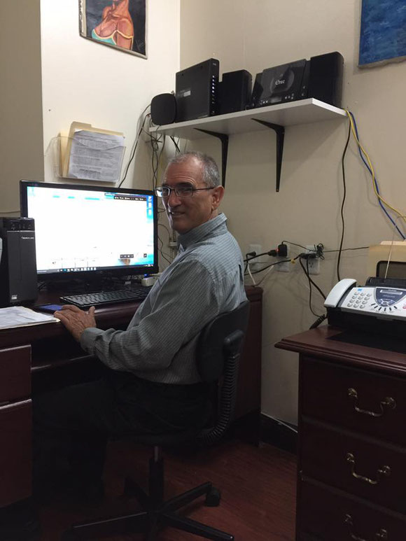 Palmiro supervisa la Atención a clientes. Con 73 años demuestra que, quien quiere, puede