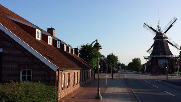 """Die """"Fehntjer Mühle"""" und das Compagniehaus"""
