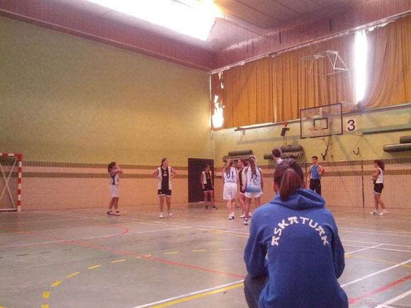 La entrenadora Irune Fraile sigue muy atenta el juego de su equipo. (Foto: Irune Fraile)
