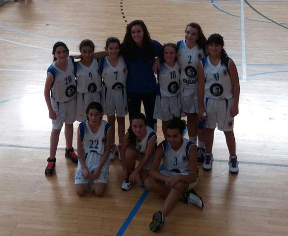 Las chicas posaron sonrientes al terminar el partido junto con su entrenadora, Nagore Bastarrarena.