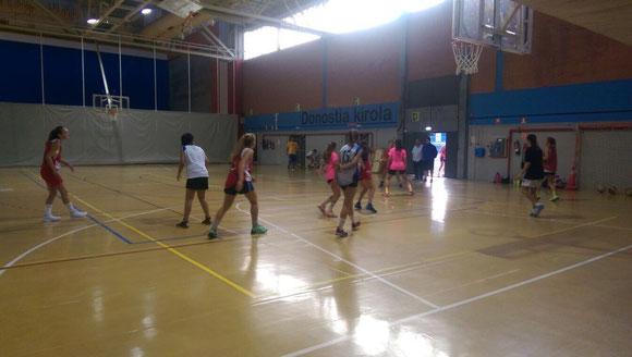 Pie de foto: Los equipos junior y senior juegan entre sí para preparar sus respectivas temporadas. (Foto Aitor UDAKIOLA)