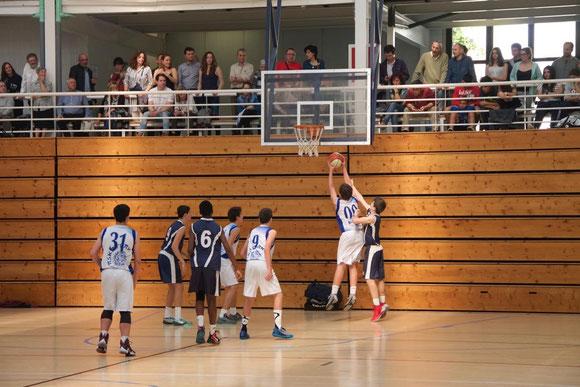 El equipo estuvo arropado en todo momento por  todos los padres, madres y miembros del club, llenando la grada del Polideportivo de Alza. (Foto: Jacinto SUÁREZ)