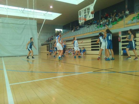 Aitor Udakiola tuvo un estreno glorioso como primer entrenador de Askatuak. ¡Gran partido de sus chicas! (Foto: Iñigo Sánchez)