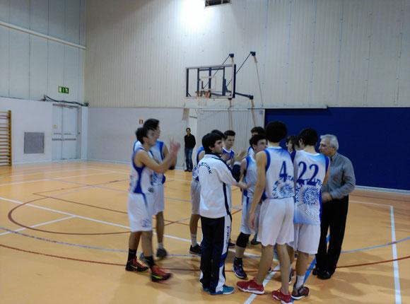 El equipo cadete de rendimiento aplaude a la afición al finalizar el partido.