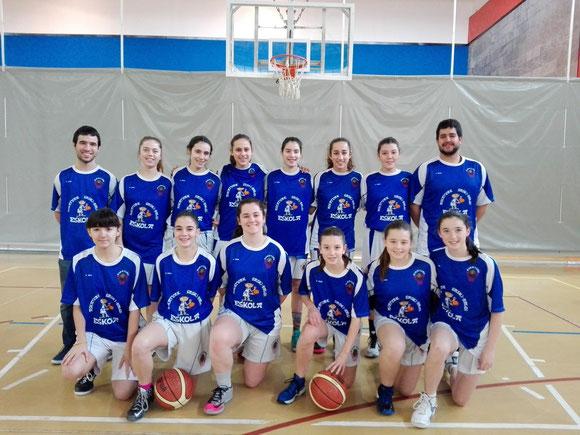 Las jugadoras del equipo cadete junto con la gran dupla Teddy-Uda posaron con las nuevas camisetas de calentamiento.