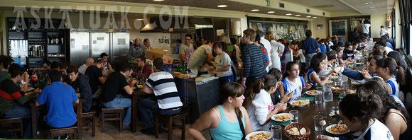 El Local Social de Askatuak congregó a comer a todos los estamentos del Club. (Foto Ramón URAIN)