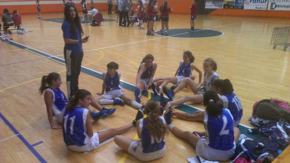 Nuestras chicas estiran bajo las órdenes de la segunda entrenadora Ane Berruezo (Foto: Jon BAILACH)