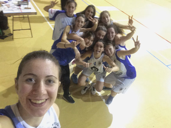 """Las Senior celebraron la victoria con un """"selfie"""" realizado por la jugadora María Arango."""