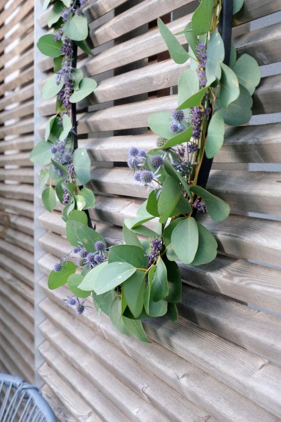 ieartige // Design Studio - BLOG - #Kranz aus #Eukalyptus, #Lavendel + #Distel, Sommer #Sommerdekoration #Garten #Dekoidee #DIY #Inspo #Holz