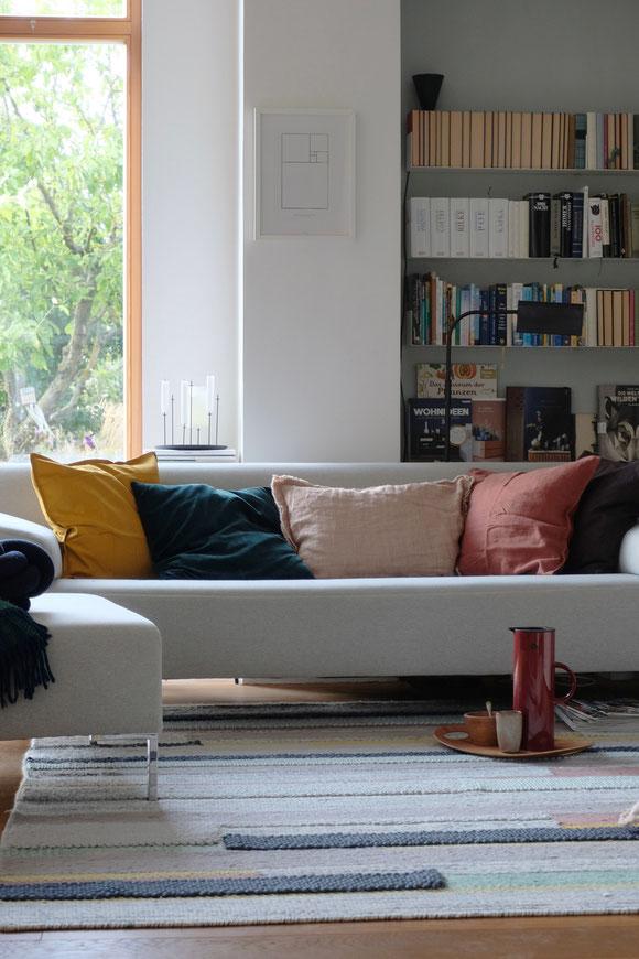 ieartige // Design Studio - BLOG - #Wohnzimmer, das graue Sofa mit Kissen in Senfgelb, Samtgrün, Blassem Terrakotta bzw. Roseton, Sienna & Pflaume