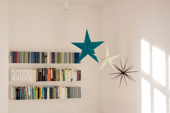 dieartigeBLOG - Sterne aus Papier in petrol und weiß, Stern in Schwarz, Bücherregal aus Metall / Stahl