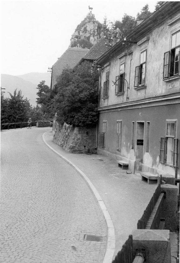 Um 1956 mit dem Burgfried im Hintergrund