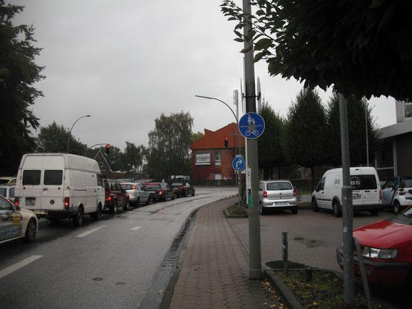 Nachdem man 1,4 km auf Oddernskamp und Niendorfer Straße geradelt ist, wird man 50 Meter vor der Kollaustraße auf den 80 cm breiten Gehweg gezwungen...