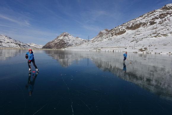 Lago Bianco schwarz gefroren, im Dezember 2016 geht Eishockey besser Freeriden,  - - - - - - -   Bild vom 9. Dezember 2016