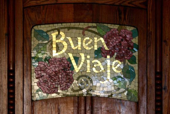 En cada una de las dos columnas que hay en el vestíbulo de la Estación del Norte de Valencia  dice «bon viatge» en nuestra lengua y además lo dice en vasco, gallego y castellano.