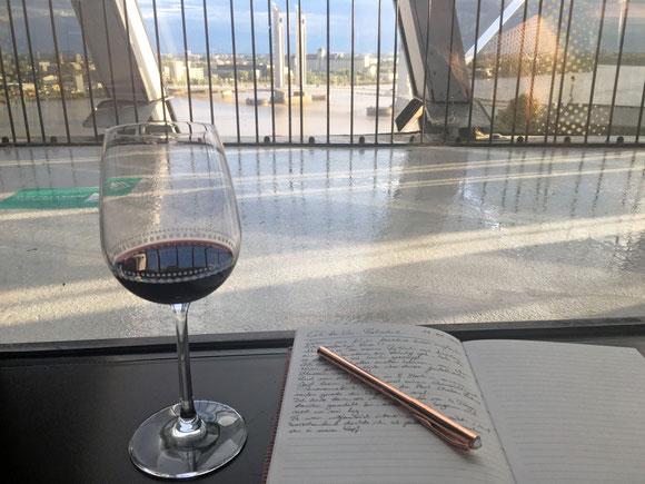 Ein guter Bordeaux und dabei Notizen für das nächste Buch