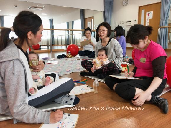 授乳したり、抱っこしながらも、話に集中する母たち。こうして同時進行でいろんなことを進めるスキルも、この教室で少しずつ練習していきます。これもリハビリです。