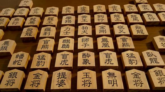 摩訶大将棋の白檀の駒(高さ53mm、幅45mm、厚さ16mm)