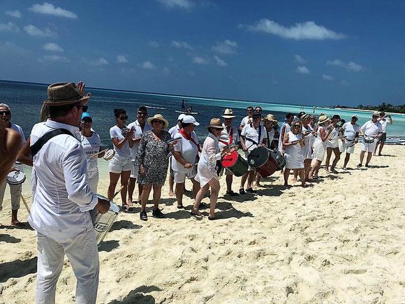 Foto Team-Drumming am Strand mit einer tollen Samba Bateria