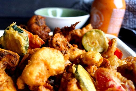 Pakora, in Kichererbsenteig panierte Gemüsestückchen. Knusprig, würzig und schnell gemacht.