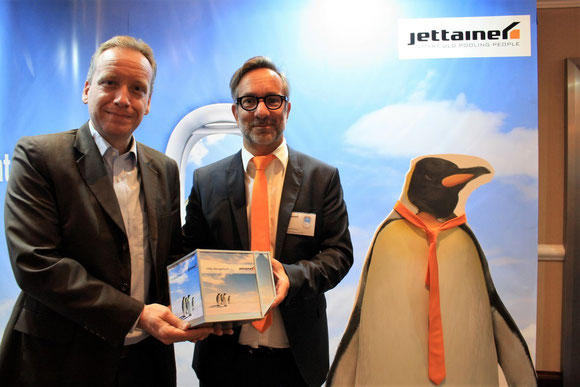 Carsten Hernig (left) and Martin Kraemer of Jettainer announced the launch of their new cool product on the occasion of the 9th Air Cargo Handling Conference, closely watched by a penguin – photo: hs
