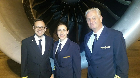 Carolin Schmid with her colleagues Oliver Rabitsch (standing left) and Captain Andreas Schreiber at Singapore Changi Airport  -  source: hs