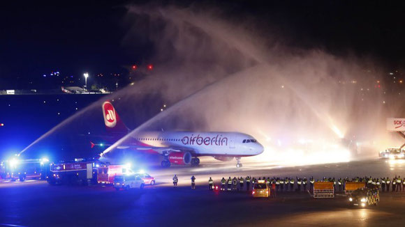 Farewell Air Berlin.  The final flight was given a dignified salute by Tegel Airport's fire brigade after landing last Friday at 23:46h local time - Photo: Reuters
