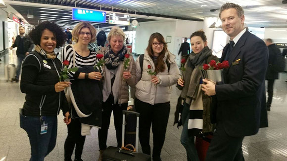 LH ground staff handed over roses to female passengers on the occasion of IWS as seen here in FRA  -  photo: hs