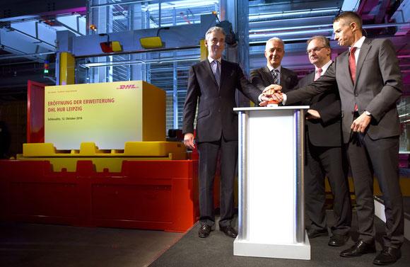 Pushed the buzzer (l > r): Frank Appel, DP-DHL CEO  /  Stanislav Tillich, PM Saxony  /  Reiner Haseloff, Saxony-Anhalt PM  /  Ralph Wondrak, Chief DHL LEJ