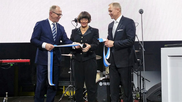 Cutting the ribbon (from l to r): Pekka Vauramo, CEO Finnair / Anne Berner, Minister of Transport & Communications, Finland  /  Janne Tarvainen, MD Finnair Cargo  -  pictures: hs