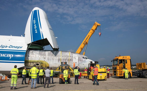 Unloading of the Landshut Boeing 737  -  courtesy: LH