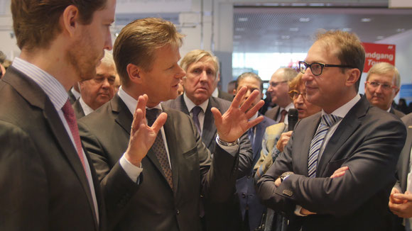 LH Cargo exects Alexis von Hoensbroech (left) and Peter Gerber (middle) discussing pressing aviation matters with Minister Alexander Dobrindt (right)  -  courtesy LCAG