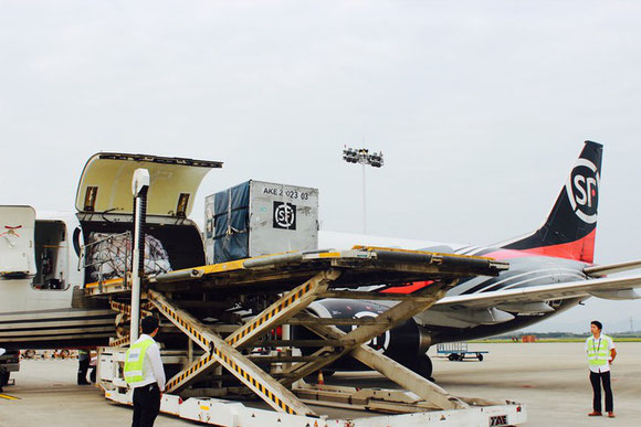 Unloading of Boeing 757F operated by SF Express