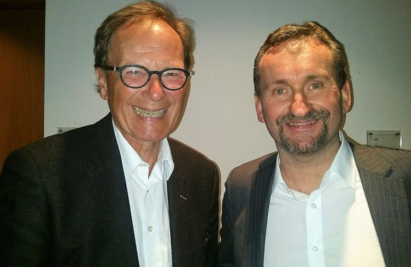 """H-L's head of corporate communications, Nils Haupt (right) welcomed Jean-Peter Jansen, his former Chief at Lufthansa Cargo, to the """"Help"""" concert  -  photo: hs"""