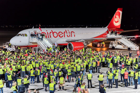 Touching moment: Hundreds of Air Berliners welcomed the last AB aircraft after arrival at TXL  -  courtesy AB